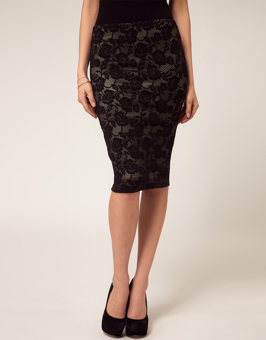 Rendered in lace, daisies get a grown-up update on this flattering pencil skirt.
